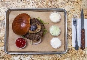 עסקית המבורגר 200 גר' + תוספת כבד אווז מעל